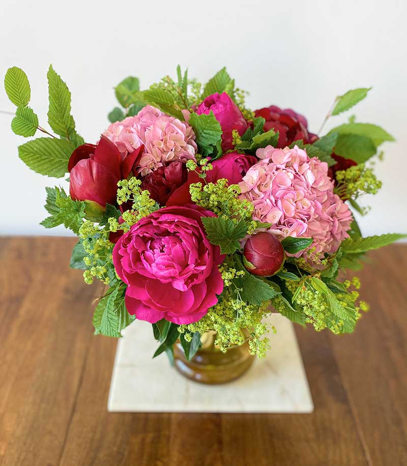 bouquet de fleurs estival composé de pivoines, hortensia, cassis